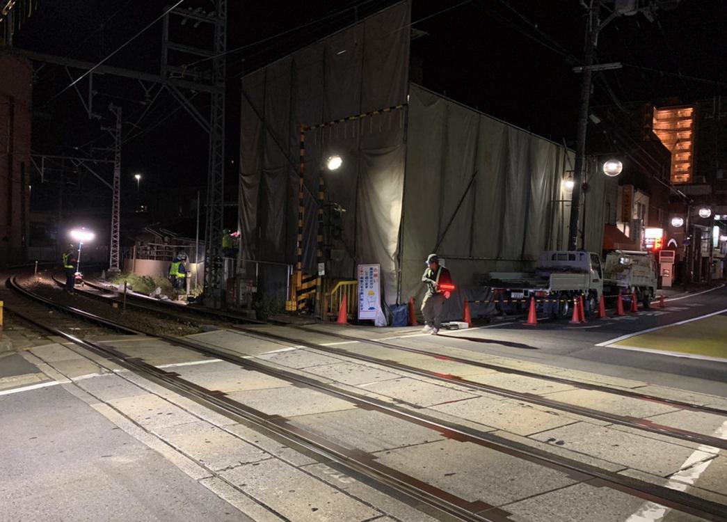 京阪電車の線路隣接の為、足場作業、京阪電車職員立ち合いのもと、夜間工事着工致しました。